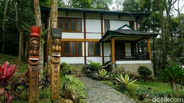 Terdapat juga rumah adat khas Korea di Cibodas.