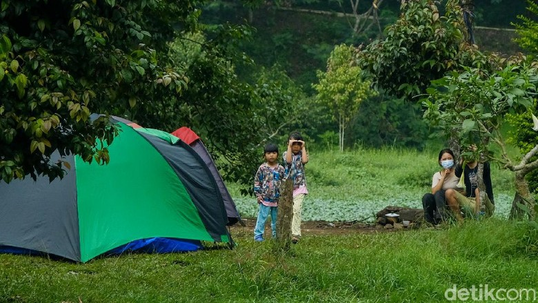 Kawasan Cibodas memiliki tempat berkemah seru bareng keluarga. Kamu bisa melihat pemandangan Gunung Gede-Pangrango dari area camping.