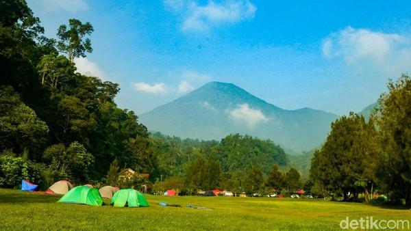 Di Cibodas, Cianjur, Jawa Barat, tempat yang asyik untuk berkemah antara lain Mandalawangi Camping Ground dan Bukit Golf Cibodas.