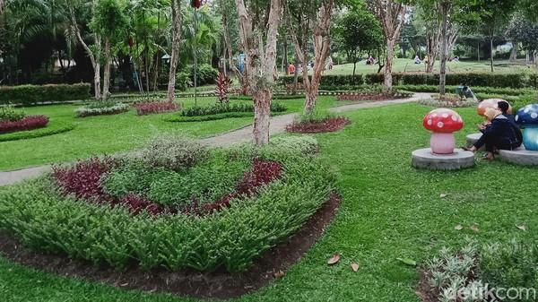 Taman yang mulai dibangun dengan dana APBD Rp 5 miliar tahun 2014 itu setiap pagi dan sore ramai dikunjungi warganya meskipun di tengah pandemi COVID-19.