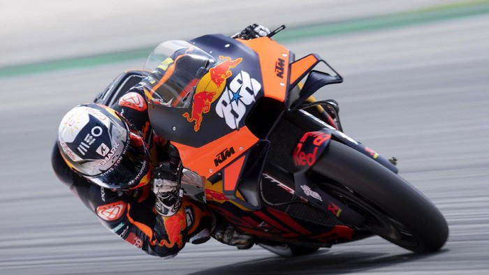 BARCELONA, SPAIN - JUNE 05:  Miguel Oliveira of Portugal and Red Bull KTM Factory Racing rounds the bend during the MotoGP of Catalunya - Qualifying at Circuit de Barcelona-Catalunya on June 05, 2021 in Barcelona, Spain. (Photo by Mirco Lazzari gp/Getty Images)