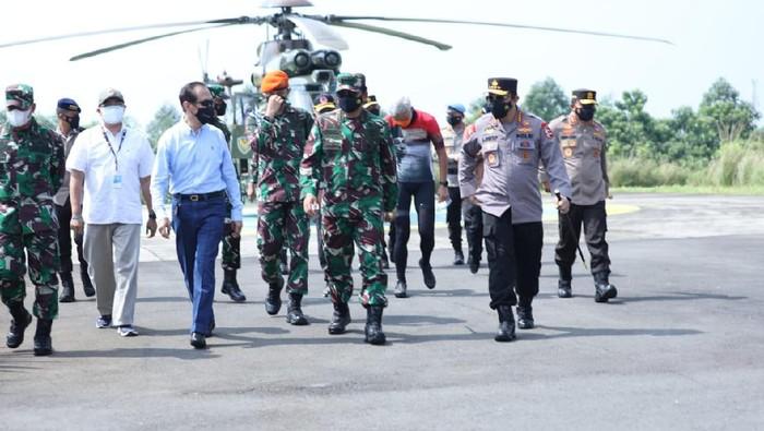 Panglima TNI Marsekal Hadi Tjahjanto dan Kapolri Jenderal Listyo Sigit Prabowo mengecek kondisi penanganan COVID-19 di Kudus