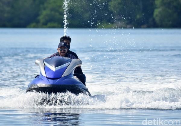 Pantai yang terletak di Selat Madura ini dapat menjadi surga bagi para pegiat jetski maupun maupun permainan air lainnya.