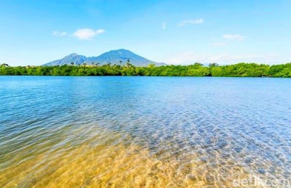 Pantai yang terletak di Banyuputih, Situbondo ini bernama Sejile. Dalam bahasa lokal atau bahasa Madura, Sejile artinya lidah atau si lidah. Itu karena pantai ini bentuknya memang mirip lidah yang menjulur.