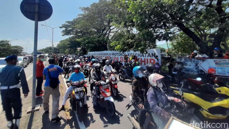 Pintu keluar Suramadu arah Surabaya macet total, baik jalur R2 maupun R4. Pemkot Surabaya menutup arah pintu keluar untuk semua pengendara swab massal.