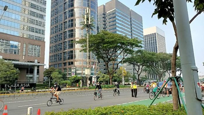 Pesepeda di Jalan Sudirman-Thamrin gowes di luar jalur khusus sepeda, Minggu (6/6/2021) pagi.