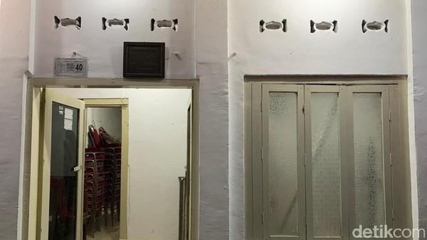Rumah kelahiran Bung Karno berjarak 200 meter dari prasasti di depan gang Pandean IV. Dari depan rumah, tampak material bangunan rumah lama yang masih kental. Meski cat di kusen pintu dan tembok telah diperbarui, namun tidak menghilangkan karakteristik bangunan lama.