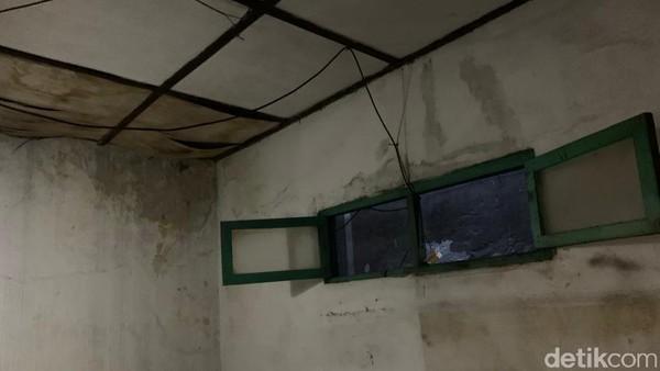 Memasuki rumah tersebut, aroma lembab sangat terasa. Maklum saja, sejak dibeli Pemkot Surabaya, rumah ini tidak berpenghuni dan hanya ditengok oleh petugas dari Disparta Surabaya seminggu sekali. Kebetulan, di dalam rumah kelahiran Bung Karno berjajar banyak kursi, untuk kegiatan peringatan hari lahir yang rencananya dihadiri Wali Kota Surabaya Eri Cahyadi pada Minggu (6/6).