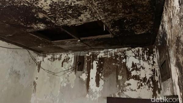 Namun sayangnya, sejumlah bagian rumah seperti atap dan dapur bagian belakang tampak kurang terawat. Bahkan di lantai dua, tidak ada penerangan lampu, serta banyak kayu bangunan yang sudah mulai lapuk. Maklum saja, rumah ini memang sudah tidak berpenghuni sejak Agustus 2020 lalu.