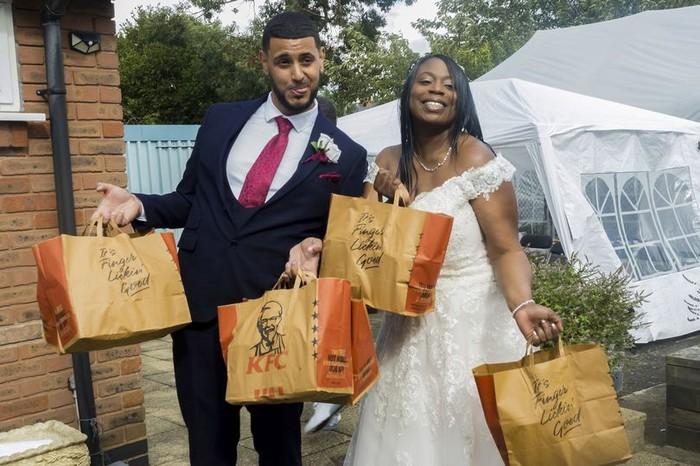 Fans Berat KFC Ini Jadikan Ayam Goreng KFC sebagai Menu Pernikahan!