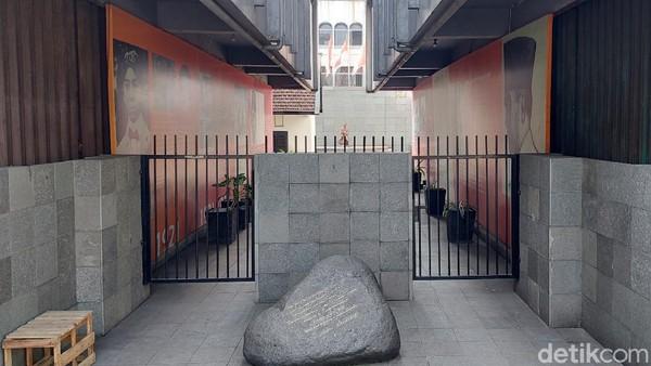 Dari balik pagar besi ini, traveler bisa melihat sel penjara dimana dulu Presiden Sukarno pernah ditahan. Di depannya ada prasasti yang bertuliskan kutipan terkenal dari Bung Karno.