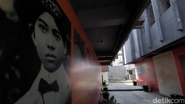 Perjalanan sejarah Bung Karno di Lapas Banceuy pun terlukiskan di dinding. Traveler bisa membacanya bila berkunjung ke mari.