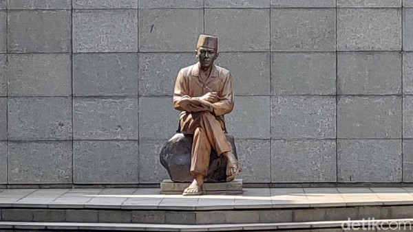 Di penjara ini pula, Presiden Sukarno menyusun pledoi atau pidato pembelaan yang sangat terkenal dengan tajuk Indonesia Menggugat yang terjadi pada tanggal 18 Agustus 1930. Sosok Sukarno pun diabadikan lewat patung di samping selnya dulu.