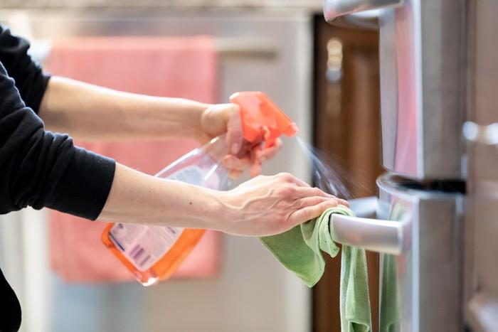 5 Cara Membersihkan Kulkas Supaya Bebas Bau dan Bakteri