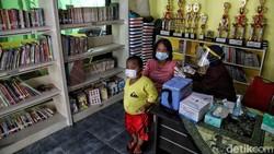 Warga warga di kawasan RPTRA Sindang Raya, Koja , Jakarta Utara, antusiasi mengikuti vaksinasi. Vaksin tersebut diberikan kepada warga dengan umur 18-58 tahun.