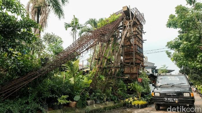 Konstruksi jembatan penyeberangan orang (JPO) di Pamulang, Tangsel, ini miring. Kondisi ini membahayakan pengendara dan warga yang melintas.