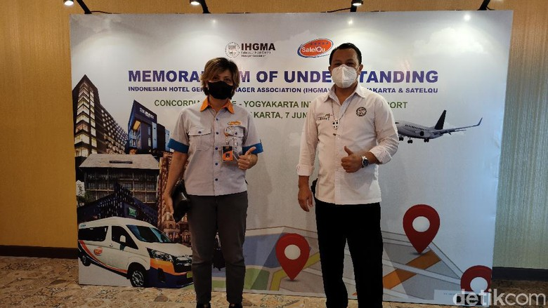 Direktur Utama SatelQu, Florentina Hermawati Endah Setyorini (kiri) bersama Ketua IHGMA Yogyakarta Haryadi Baiin, usai penandatanganan MoU di Concordia Lounge YIA, Kulon Progo, DIY, Senin (7/6/2021).