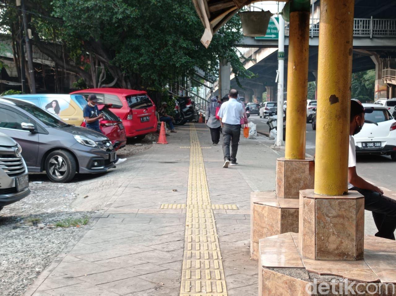 Dishub tertibkan trotoar di dekat Halte Kayu Putih, Rawasari, Jakarta Pusat, 7 Juni 2021 sore. (Wilda HN/detikcom)