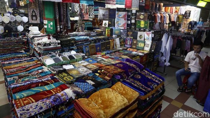 Penundaan pemberangkatan ibadah haji kembali terjadi di tahun 2021. Tidak hanya berdampak pada calon jamaah yang sudah siap berangkat. Sejumlah toko perlengkapan dan oleh-oleh khas haji di Pasar Tanah Abang, Jakarta, juga tak luput dari dampak pembatalan tersebut.