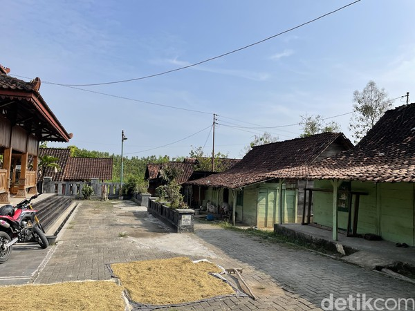 Samin Soerosentiko atau bernama asli Raden Kohar adalah penyebar pertama paham Samin mulai dari tahun 1890. Saat itu, ia berani menghadapai Belanda secara terang-terangan.