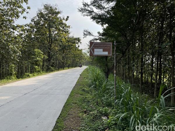 Jalan menuju keKomunitas Samin Klopoduwur Blora terbilang baik.Bagi traveler yang mau berkunjung ke Komunitas Samin Klopoduwur Blora, kendaraan yang paling tepat adalah mobil pribadi atau motor.