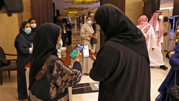 Para penonton harus memenuhi syarat protokol kesehatan sebelum memasuki ruangan. Salah satunya menunjukkan sertifikat vaksin Covid-19 melalui aplikasi. (AFP/FAYEZ NURELDINE)