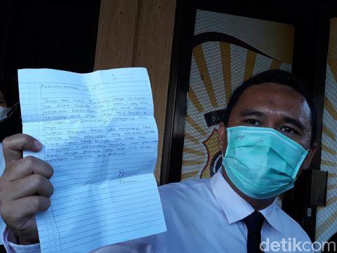Kuasa hukum Chandra Siagian menunjukkan surat ayah korban takjil sianida untuk pelaku, Senin (7/6/2021).