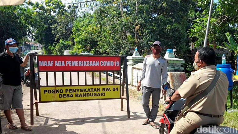 Lockdwon di RW 4 Desa Randusari, Kecamatan Pagerbarang, Kabupaten Tegal, Senin (7/6/2021).