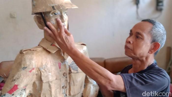 Keterbatasan fisik tak membuat Sartono (58) patah arang untuk berkarya di aliran seni patung. Melalui ketajaman indera perabanya berbagai jenis patung berbahan kertas dibuatnya meskipun tanpa penglihatan.