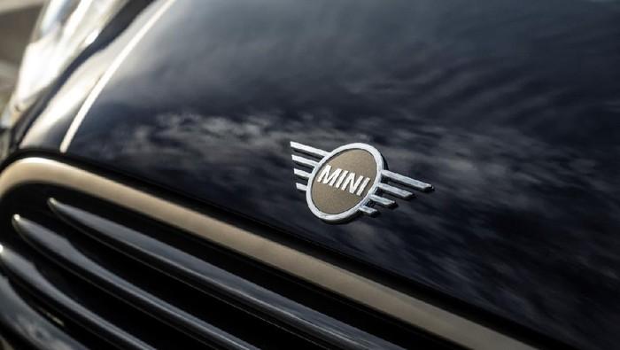 MINI Indonesia meluncurkan edisi spesial MINI Frozen Brass. Mobil ini hanya tersedia 10 unit di Tanah Air.