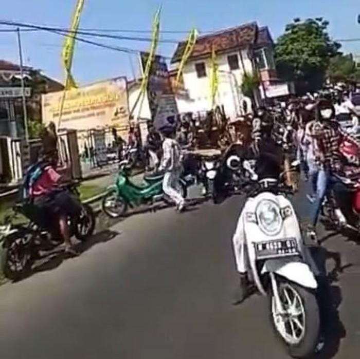 Sekitar 100 pelajar SMA menyerang SMK Ahmad Yani di Kota Probolinggo. Mereka melempari SMK tersebut dengan batu.