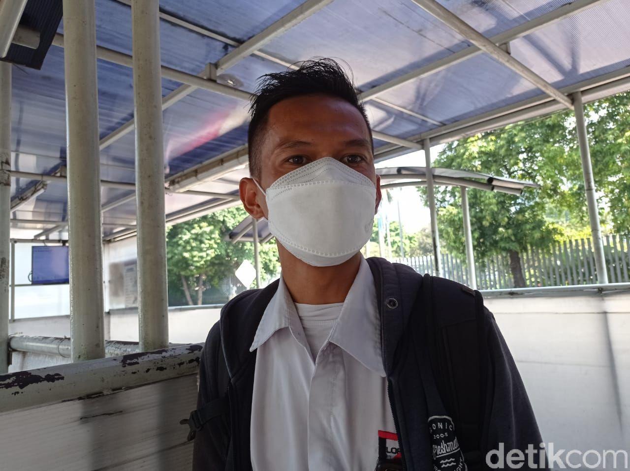 Penumpang bus Transjakarta yang merasakan perbaikan aspal depan Halte Kuningan Timur. (Wilda Hayatun Nufus/detikcom)