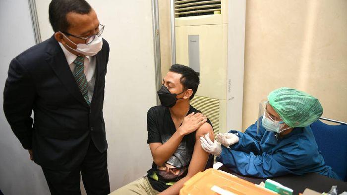 Pelaksanaan vaksinasi Gotong-Royong terus digencarkan, salah satunya adalah perbankan ini yang melibatkan pegawai dan keluarganya se-Jabotabek guna mendukung gerakan pemerintah.