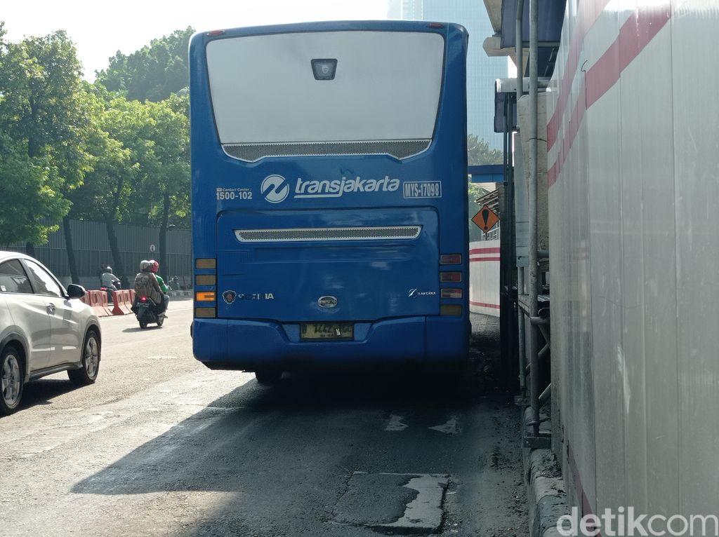 Permukaan jalan yang rusak dan berlubang depan Halte Transjakarta di Kuningan Timur kini sudah ditambal, 7 Juni 2021. (Wilda Hayatun Nufus/detikcom)