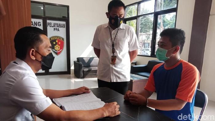 Tersangka menjalani pemeriksaan di kantor Satreskrim Polres Jombang