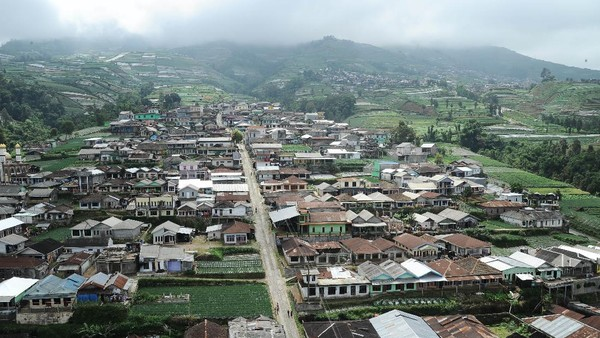 Sejak empat tahun terakhir, keindahan pemandangan dan nuansa pegunungan dimanfaatkan oleh warga setempat untuk membuka tempat wisata yang diminati masyarakat perkotaan.