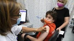 Israel mulai memvaksinasi anak-anak berusia 12 hingga 15 tahun. Vaksinasi ini dilakukan atas persetujuan Badan Pengawas Pangan dan Obat-obatan AS (FDA).