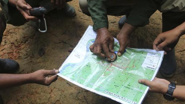 Seraya semburat cahaya matahari menembus di antara dedaunan, sejumlah orang mulai menjejakkan kakinya ke bumi menyusuri lebatnya hutan. Tak kenal siang dan malam, mereka yang biasa disebut Ranger atau jagawana tersebut mulai berpatroli di Kawasan Ekosistem Leuser (KEL) di Aceh.