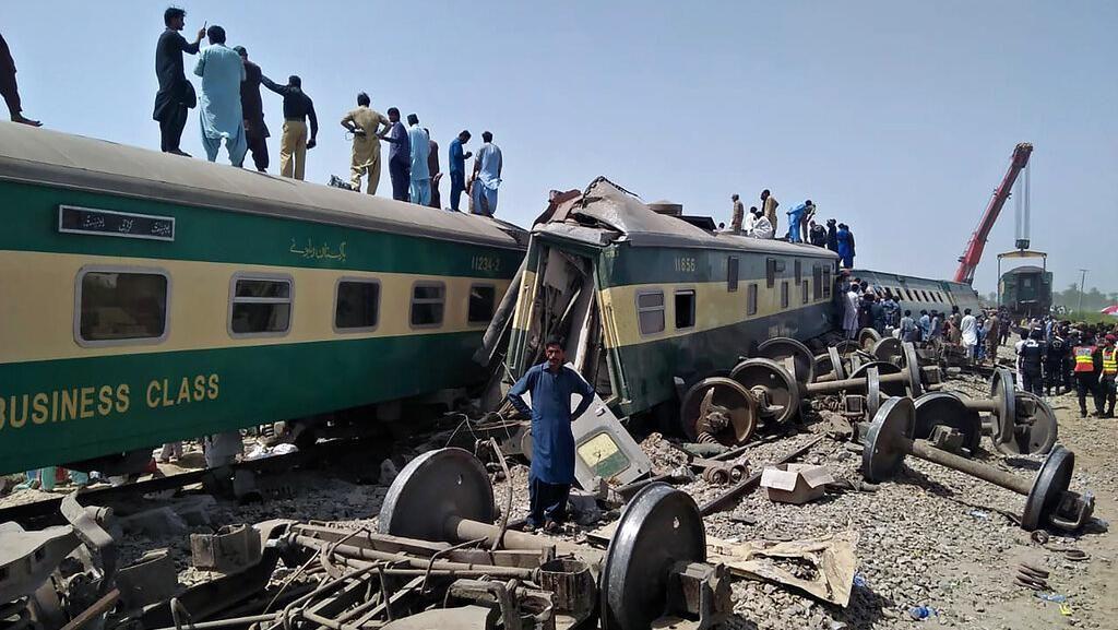 Korban Tewas Tabrakan Kereta di Pakistan Bertambah Jadi 63 Orang