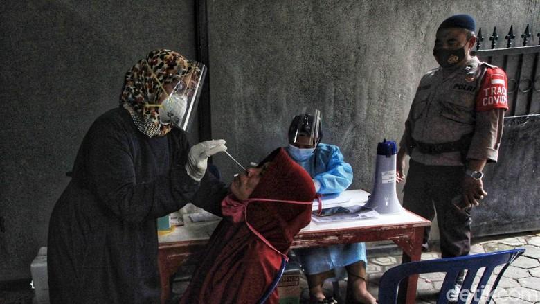 Tenaga kesehatan dari Puskesmas Jurangmangu melakukan tes swab antigen kepada warga di RT RT 7 dan 3 RW 5, Jurangmangu Timur, Pondok Aren, Kota Tangsel, Banten, Senin (7/6/2021). Tes tersebut setelah 7 anggota keluarga di RT tersebut terindikasi positif virus Corona Covid-19, pada pekan lalu. Upaya ini sebagai upaya tracing atau pelacakan untuk menekan penyebaran virus.