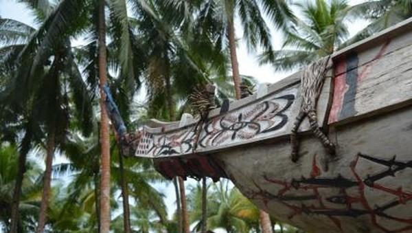 Hanya jika melawan angin, tetap dapat bergerak maju sedikit. Perahu yang berukuran lebih besar memiliki tambahan hiasan kepala perahu pada bagian haluan dan diberi motif burung dan ikan. (Hari Suroto/Istimewa)