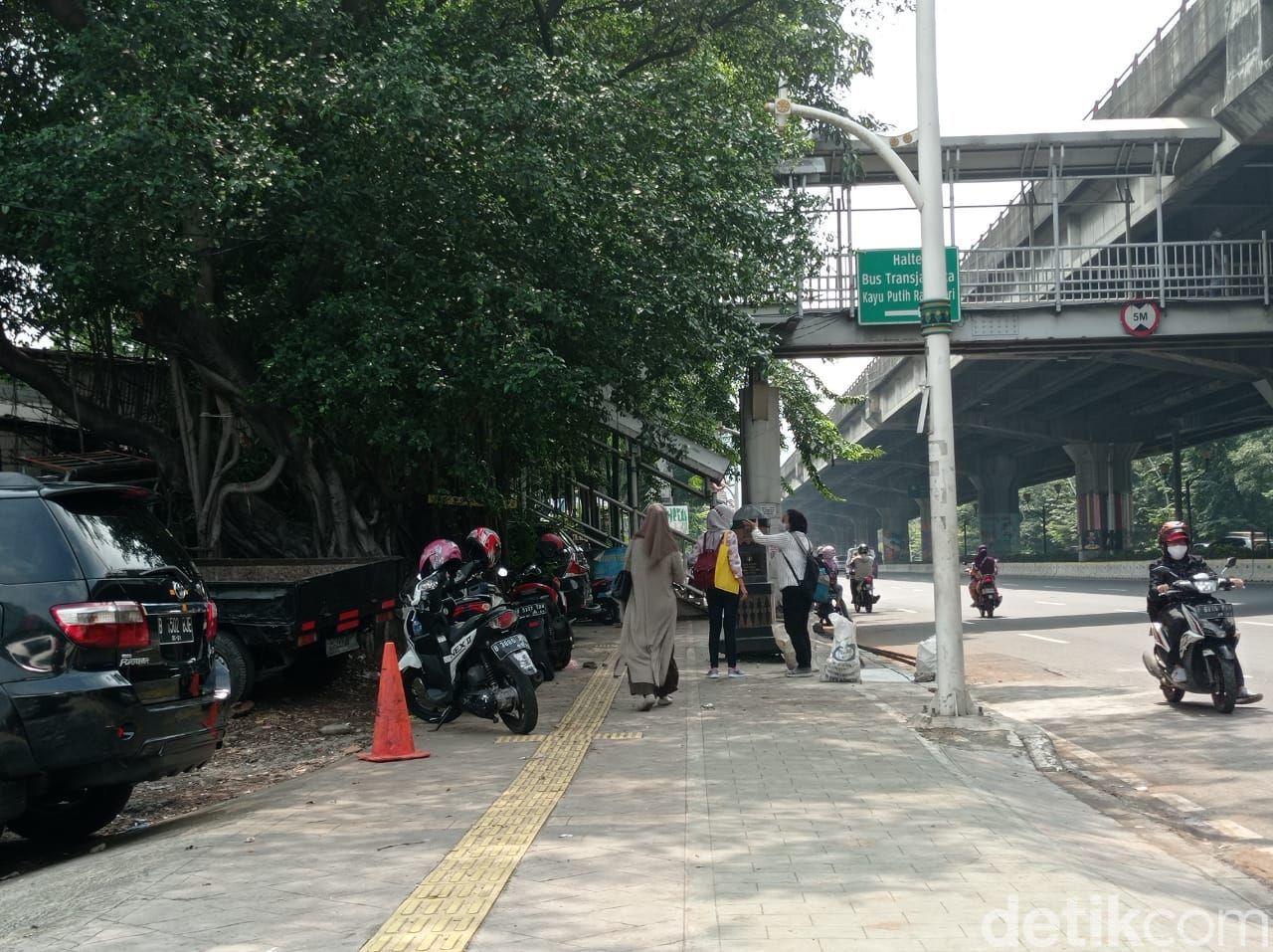 Trotoar di seberang Halte Kayu Putih Rawasari, Jakarta Timur, 7 Juni 2021, siang hari. (Wilda HN/detikcom)