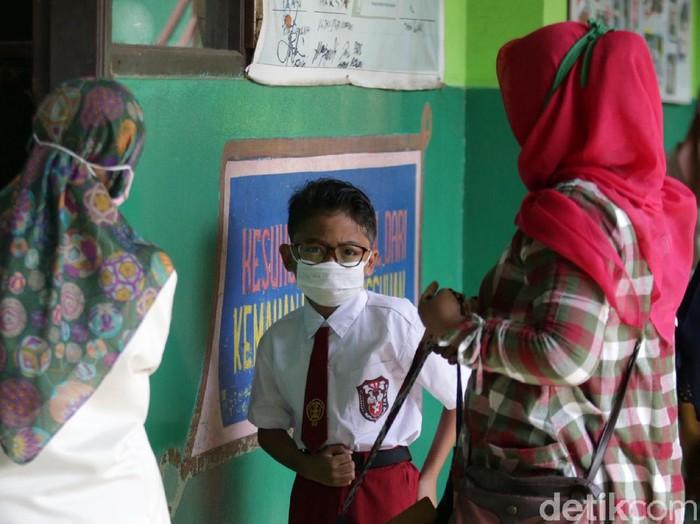 Siswa-siswi kelas 5 menjalani ujian penilaian akhir sekolah di SD Negeri Kota Baru 2 dan 3, Kota Bekasi, Jabar, Senin (7/6). Ujian dilaksanakan secara tatap muka.