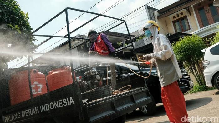 Petugas menyemprot disinfektan di Kelapa Dua, Tangerang. Penyemprotan dilakukan seusai lockdown mikro terhadap 4 RT di wilayah tersebut.