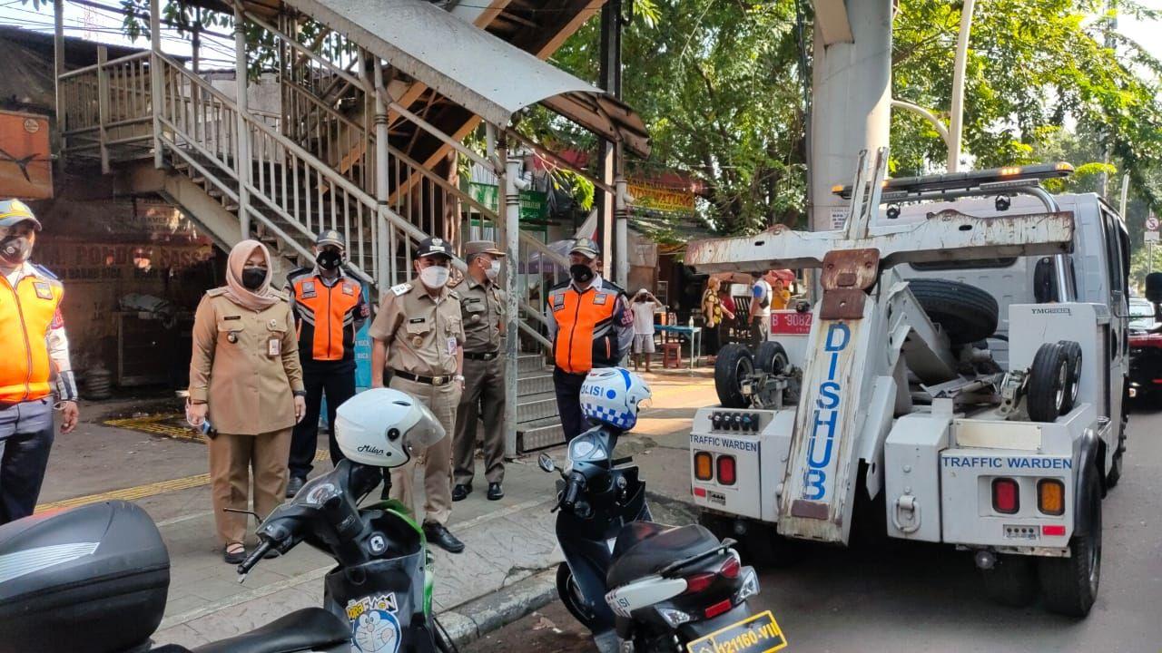 Wakil Wali Kota Jakarta Pusat Irwandi mengecek kondisi di trotoar Rawasari, 7 Juni 2021. (Dok Pemkot Jakpus)
