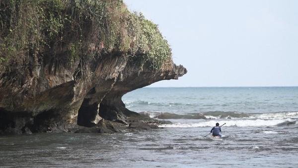 Lokasi ini menawarkan pemandangan pantai dan kuliner makanan laut.