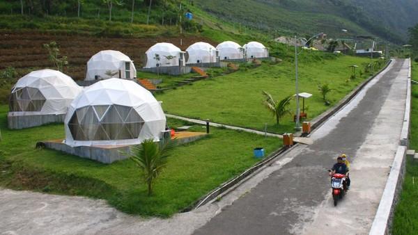 Destinasi wisata di lembah gunung Kawi tersebut diminati karena aman dari gempa serta memiliki area perkemahan dengan lahan pertanian organik dan rumah kaca sehingga bisa dimanfaatkan sebagai wahana wisata edukasi.