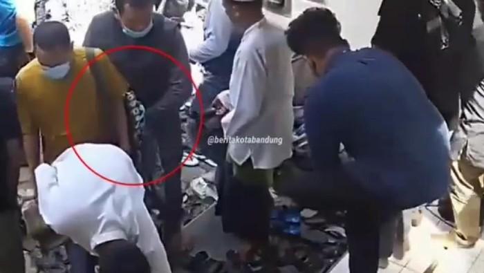 Aksi pencopetan di masjid Bandung terekam CCTV