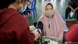 Sejumlah warga lansia di Tangerang menjalani vaksinasi COVID-19. Vaksinasi virus Corona itu digelar di Gelanggang Olahragar Gembor.