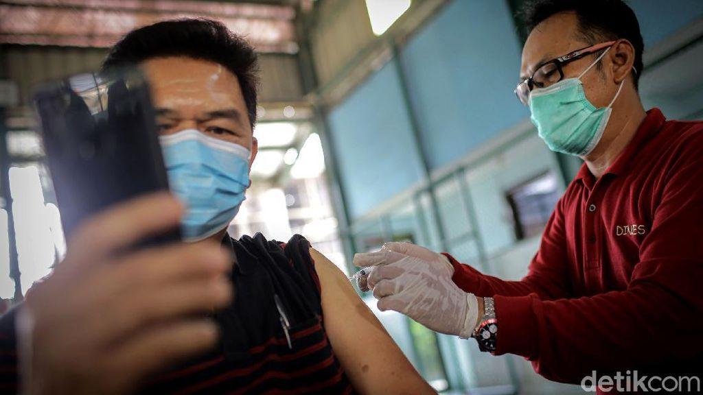 Antusias Lansia di Tangerang Disuntik Vaksin Corona